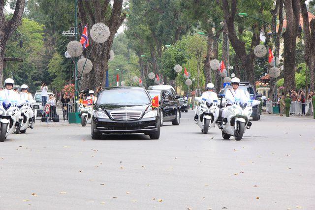 Đoàn xe đưa ông Kim Jong-un đi qua đường Điện Biên Phủ tiến vào Phủ Chủ tịch (Ảnh: Dân trí)