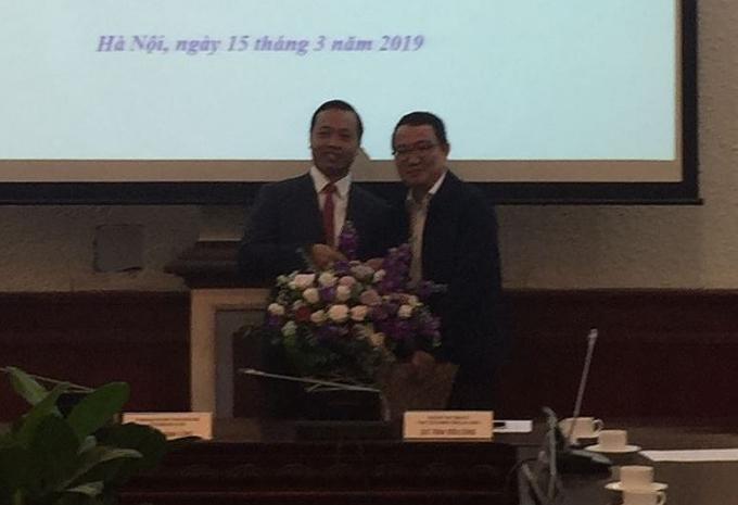 Đồng chí Trần Tiến Dũng nhận hoa chúc mừng từ Bí thư Đoàn Thanh niên Bộ Tư pháp