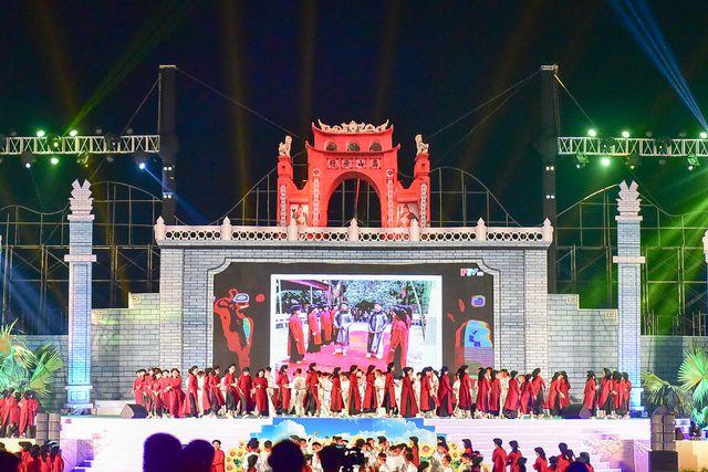 Tối 12/4 (tức 8.3 âm lịch), tại Quảng trường Hùng Vương (Việt Trì, Phú Thọ) đã diễn ra lễ khai mạc Lễ hội Đền Hùng năm Kỉ Hợi 2019 thu hút hàng vạn người dân và du khách thập phương tham dự.