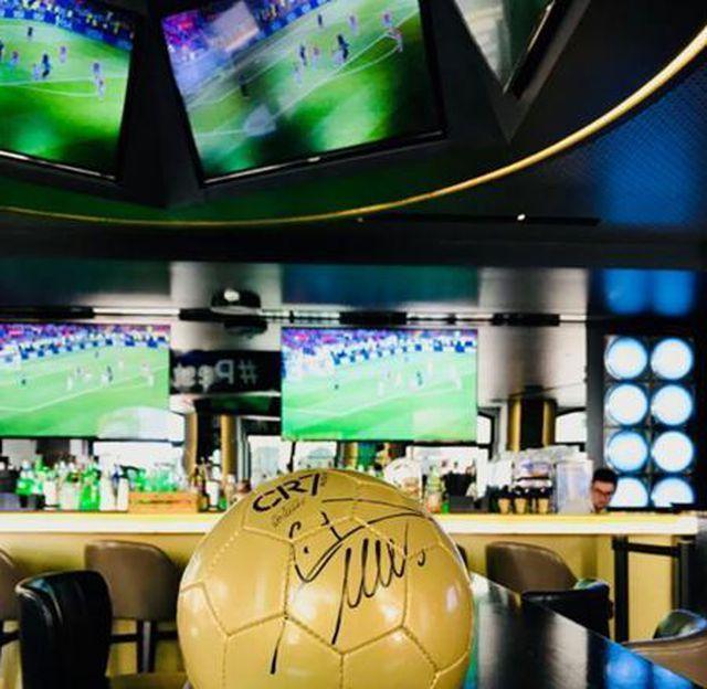 Khách sạn của CR7 cung cấp tiện nghi vô cùng chu đáo với điện thoại di động miễn phí cho du khách, TV màn hình cực đại tại quán bar để theo dõi bóng đá. Ngoài ra, nơi đây còn có thực đơn ăn uống đậm phong vị truyền thống Bồ Đào Nha và nhiều món ăn hấp dẫn khác.