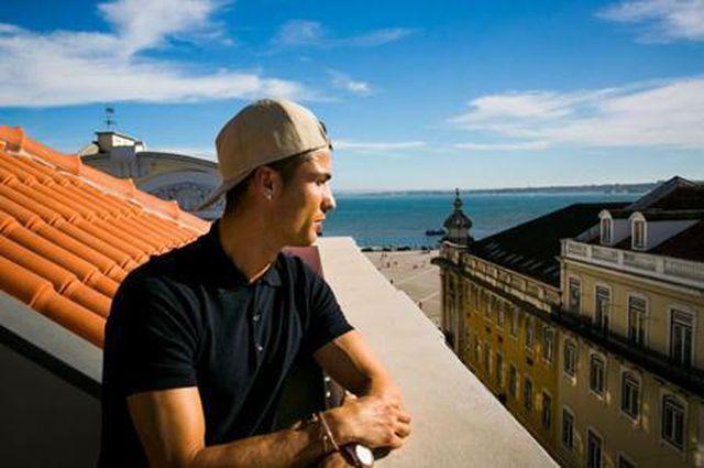 Trong khi đó, C.Ronaldo cũng không chịu kém cạnh khi mở riêng một chuỗi khách sạn mang tên mình là Pestana CR7 tại quê nhà Madeira và Lisbon, Bồ Đào Nha. Và nếu như đặt lên bàn cân so sánh, thực sự tài kinh doanh khách sạn của CR7 với Messi cũng rất khó phân thắng bại.