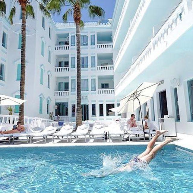 Về phần Messi, cơ ngơi gây chú ý đầu tiên là khách sạn MIM Ibiza Es Vive. Số 10 của Barca đã mua lại khu nghỉ dưỡng cao cấp có 52 phòng ngủ này vào hồi năm 2018.