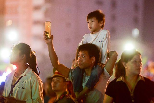Do lượng người đổ về Quảng trường Hùng Vương đông đúc nên nhiều em nhỏ được người thân kiệu lên vai để có thể chiêm ngưỡng toàn cảnh màn pháo hoa rực rỡ.