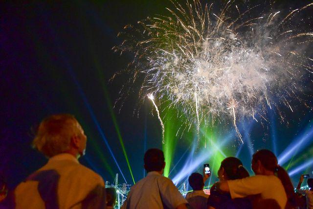 Rất đông người dân sử dụng thiết bị di động để ghi lại khoảnh khắc pháo hoa lung linh màu sắc.