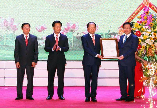 Phó Thủ tướng Chính phủ Vương Đình Huệ thay mặt Thủ tướng Chính phủ trao Quyết định số 175/QĐ-TTg ngày 13/2/2019 công nhận TP Hà Tĩnh là đô thị loại II trực thuộc tỉnh