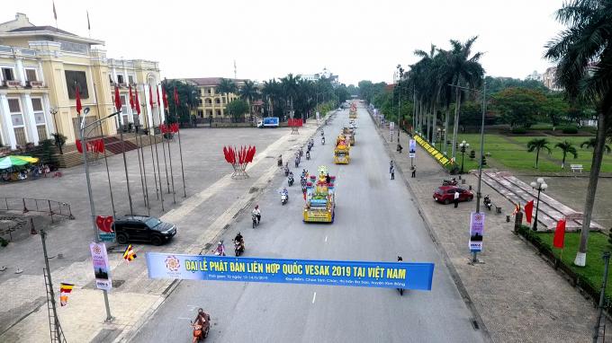 Đoàn rước đi qua quảng trường trung tâm TP Phủ Lý - Hà Nam.
