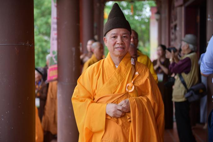 Thượng tọa Thích Thanh Quyết, Phó Chủ tịch Hội đồng trị sự Trung ương Giáo hội Phật giáo Việt Nam, Trưởng Ban Trị sự Phật giáo Hà Nam cùng các tăng ni thực hiện nghi thức tắm Phật.