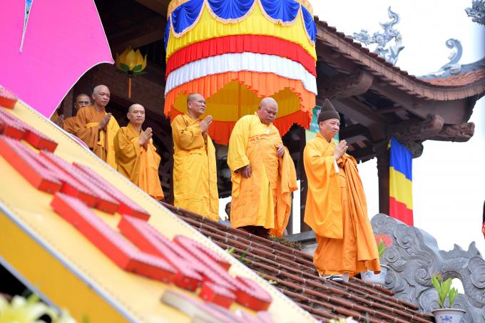 Sau nghi thức tắm Phật, Ban Trị sự Phật giáo tỉnh Hà Nam đã tổ chức hơn 400 xe hoa rước tượng Phật từ chùa Bầu đến chùa Tam Chúc.