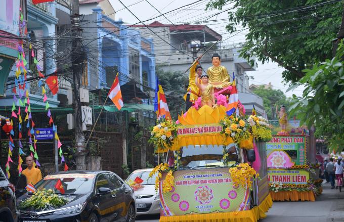 Các xe tham gia đoàn rước được kết bằng hàng vạn bông hoa tươi, hoa lụa đẹp mắt do các đạo tràng của các chùa thực hiện.