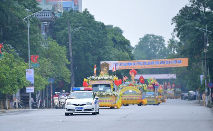 Đoàn xe diễu hành qua các tuyến phố ở Phủ Lý, Hà Nam.