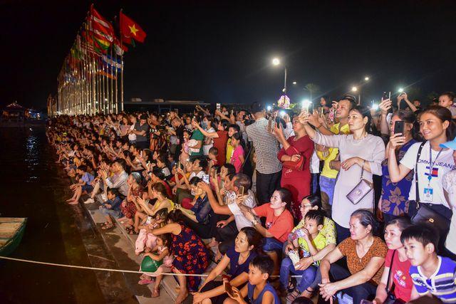 Hàng nghìn người dân đã đổ về chùa Tam Chúc để xem buổi biểu diễn văn nghệ và màn bắn pháo hoa chào mừng Đại lễ Phật đản Liên hợp quốc 2019. (Ảnh: Dân trí)