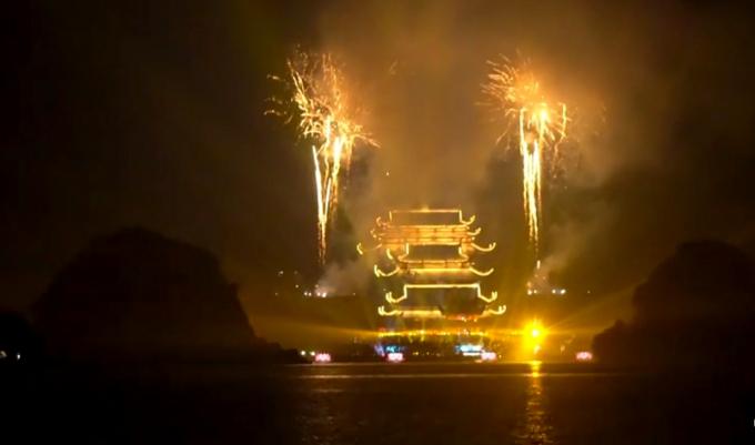 Nhìn từ xa, chùa Tam Chúc lung linh huyền ảo dưới ánh đa màu sắc của những tràng pháo hoa. (Ảnh cắt từ clip)