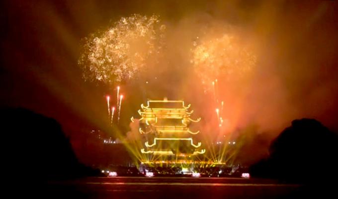 Màn pháo hoa diễn ra trong vòng 15 phút, tại khu vực Điện Pháp Chủ, chùa Tam Chúc (thị trấn Ba Sao, huyện Kim Bảng, tỉnh Hà Nam). (Ảnh cắt từ clip)