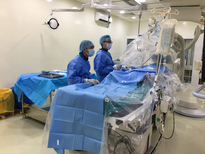(Ê-kip của Bệnh viện Tim mạch thành phố Cần Thơ đang thực hiện kỹ thuật can thiệp mạch vành điều trị cho người bệnh)