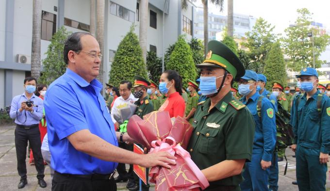 Đồng chí Nguyễn Thanh Bình, Phó Bí thư Tỉnh ủy, Chủ tịch UBND tỉnh An Giang trao hoa cho lực lượng tham gia