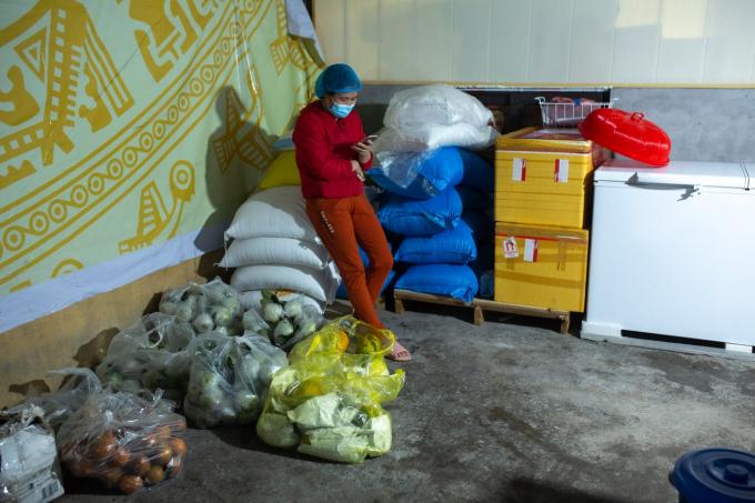 Một góc bếp- nơi để gạo cũng như rau, củ, quả của người dân tài trợ.