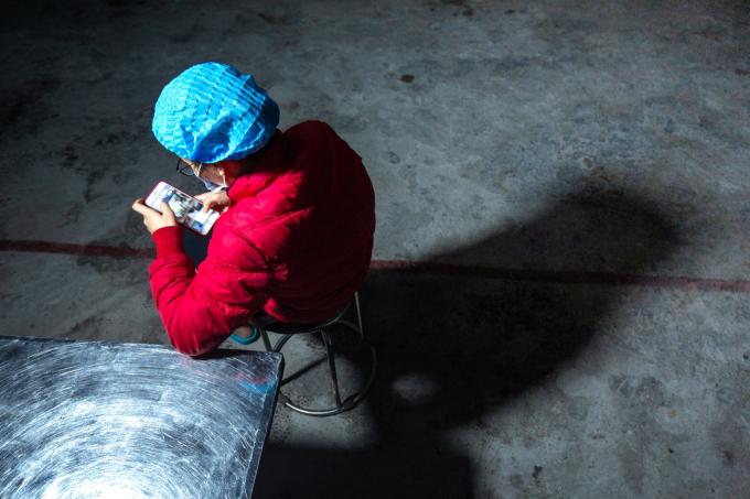 Những lúc chưa có người ăn, để có kết nối wifi gọi điện về gia đình chị Huyền thường phải ngồi ở 1 góc rất xa.