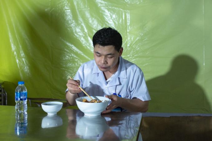 Những bác sĩ ngồi ăn tại bếp cũng phải thực hiện giãn cách tối thiểu 2m.