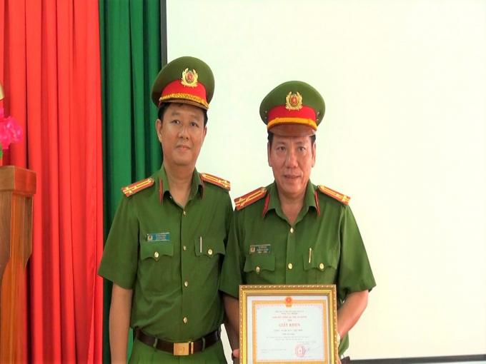 Thượng tá Lê Phú Thạnh, Phó Giám đốc Công an tỉnh trao Giấy khen của Giám đốc Công an tỉnh cho Công an huyện Chợ Mới