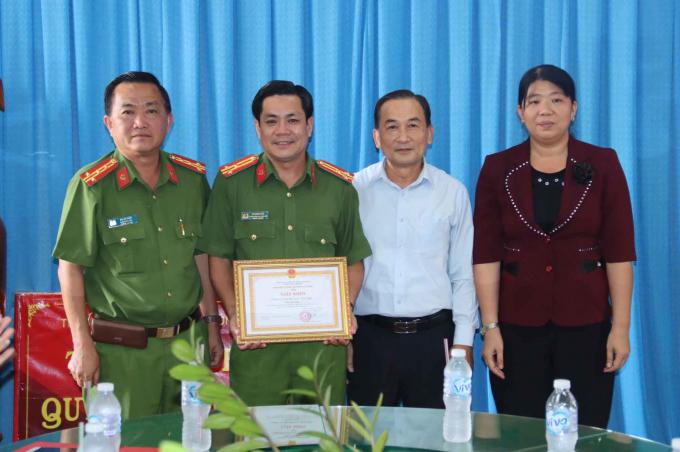 Đại tá Bùi Bé Năm - Phó Giám đốc Công an tỉnh tặng Giấy khen Công an tỉnh cho lãnh đạo Công an huyện Thoại Sơn