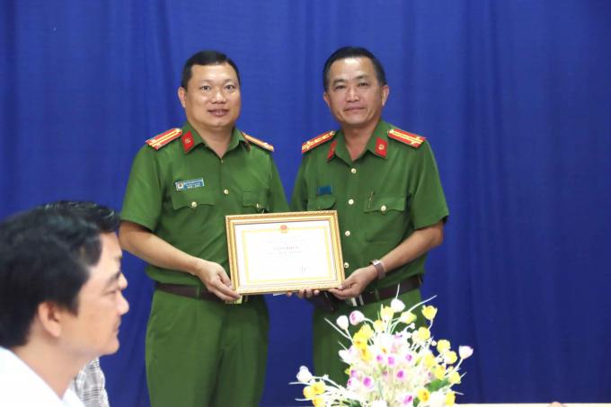 Lãnh đạo Công an huyện thị xã Tân Châu nhận Giấy khen và phần thưởng của Công an tỉnh và UBND thị xã.