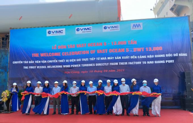 Các đại biểu thực hiện nghi thức đón tàu Vast Ocean 13.000 tấn.