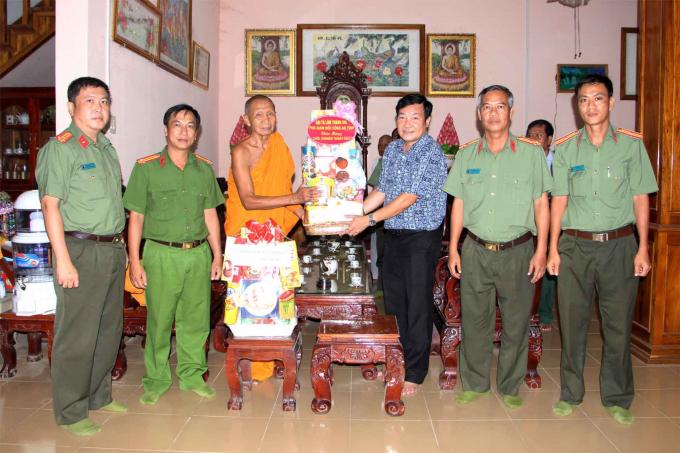 Đoàn công tác Công an tỉnh thăm, chúc Tết Chol Chnăm Thmây và tặng quà cho Thượng tọa Chau Ty – Trụ trì Chùa Soài So