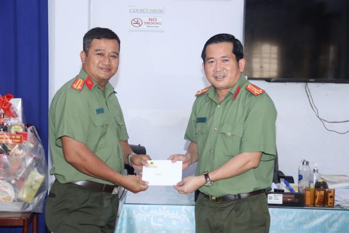 Đảng ủy, Ban Giám đốc Công an tỉnh cùng lãnh đạo địa phương bàn giao nhà nghĩa tình đồng đội cho gia đình Trung tá Chau Kim Vuth Thera, Phó trưởng Công an thị trấn Tri Tôn.