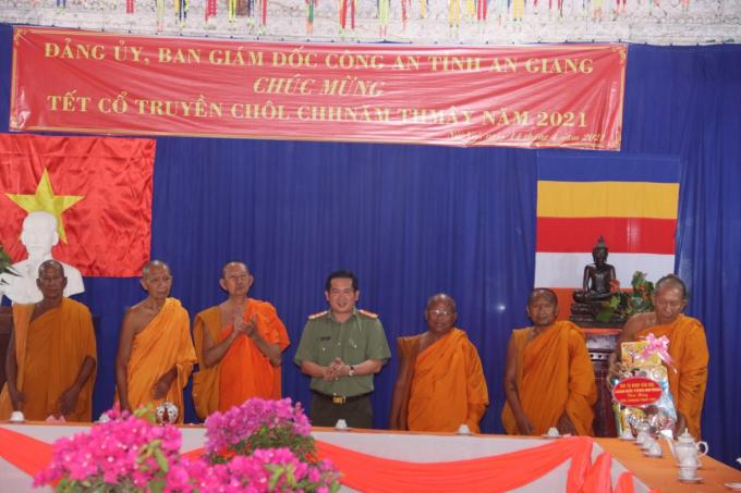Đại tá Đinh Văn Nơi - Giám đốc Công an tỉnh tặng quà cho CBCS Đội An ninh dân tộc Nhân dịp Tết cổ truyền Chôl Chnăm Thmây
