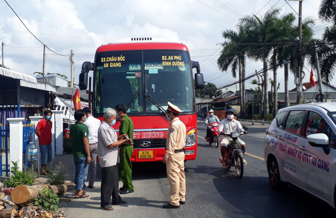Nhắc nhở tài xế và người dân tham gia giao thông thực hiện nghiêm các biện pháp phòng, chống dịch