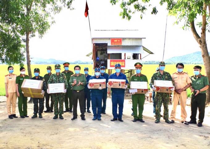 Thượng tá Lê Văn Thích, Phó Trưởng Công an thành phố Long Xuyên trao quà cho các chiến sĩ tại các chốt chống dịch.