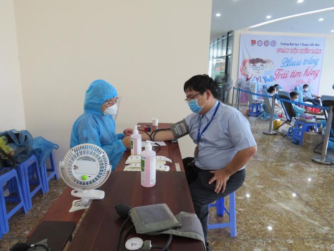 Khám sàng lọc cho tình nguyện viên trước khi lấy máu