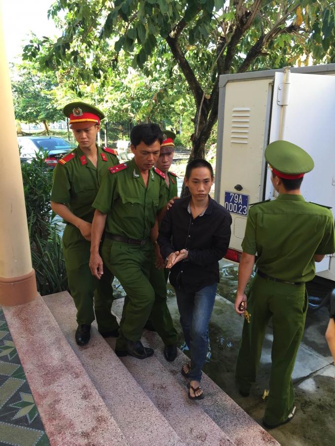 Bị cáo Nguyễn Văn Thái được dẫn giải đến UBND xã Ninh Phụng xét xử. Ảnh: Ngọc Trìu