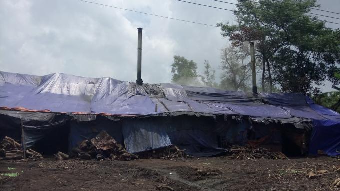 Hoạt động của các lò than khiến môi trường bị ô nhiễm, làm nhiều người dân bức xúc.