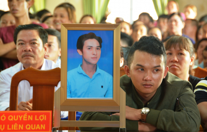Di ảnh của anh Hành và nối đau của người nhà anh Hành tại tòa.