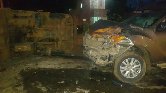 Đầu chiếc xe bán tải bị dập nát.