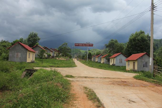 Nhà tái định cư có khuôn mẫu đẹp, sạch sẽ, lại quy hoạch, nhưng bà con chỉ thiếu đất sản xuất nên họ đã trở về làng cũ