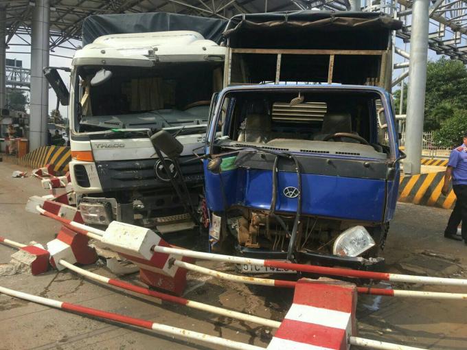 Sau cú tông mạnh đầu xe 51C-14294 bẹp gần hết phần đầu