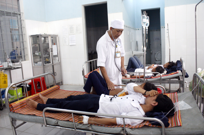 Các em học sinh bị ngộ độc thực phẩm được nhập viện cấp cứu.