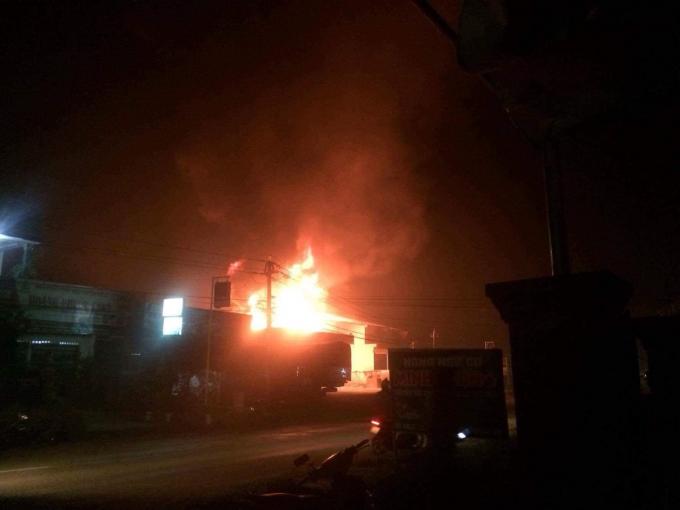 Lửa cháy ngùn ngụt tại cây xăng Cường An, xã Ea Phê, huyện Krông Pắk.