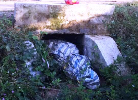 Người dân tá hỏa phát hiện thi thể người phụ nữ dưới ống cống.