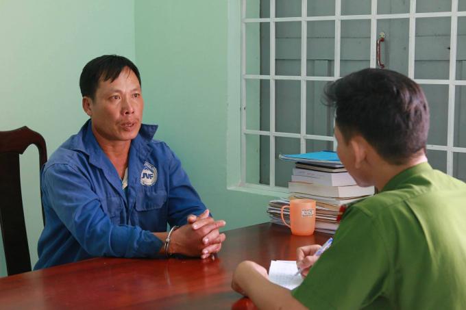 Nguyễn Văn Thu tại cơ quan CSĐT công an tỉnh Đắk Lắk đang khai báo tội ác của mình