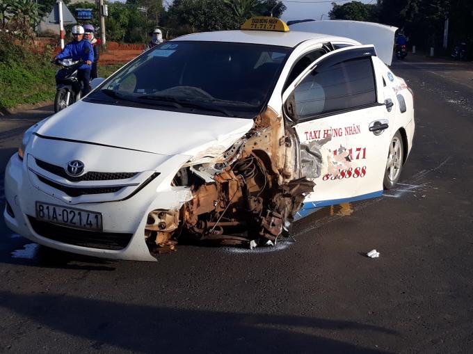 Chiếc xe taxi bị văng bánh và móp một bên phần đầu.