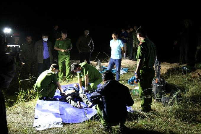 Công an đang tiến hành khám nghiệm tử thi anh Phạm Thế Văn