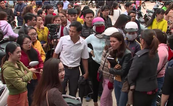 Các giáo viên mất việc rất hoang mang và bức xúc tại UBND huyện Krông Pắk.