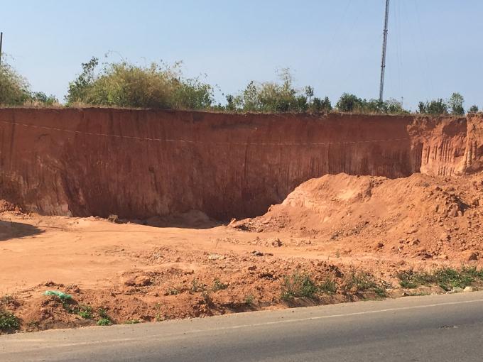 Mỏ đất bị khai thác cát bên quốc lộ 14 đoạn qua huyện Ngọc Hồi.