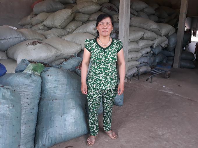 Bà Trần Thị Sáu - thôn 2, xã Kroong, TP Kon Tum trao đổi vụ việc với phóng viên.