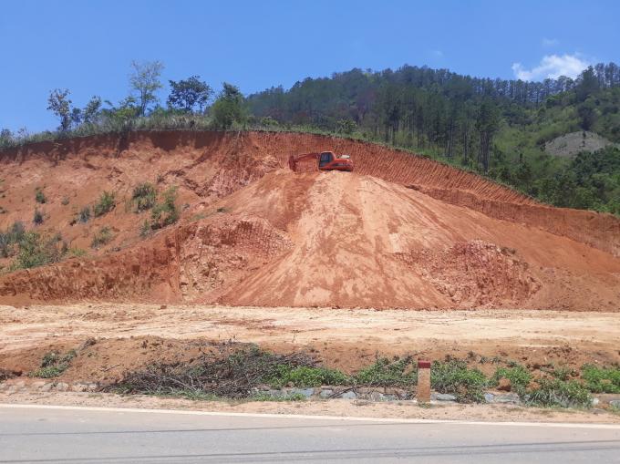 các vị trí múc đất sát bên đường quốc lộ 14 và sát UBND huyện.