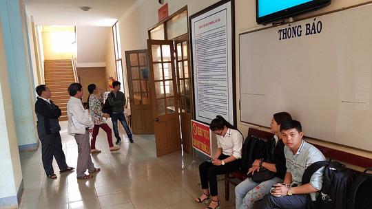Phiên tòa xử kín, nhiều phóng viên, người dân ngồi ngoài phòng xử.