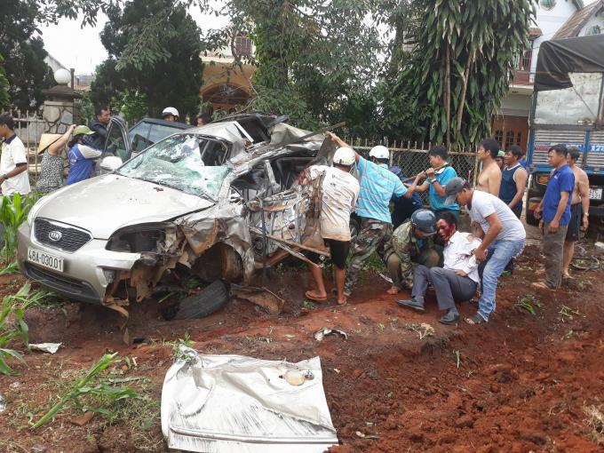 Người dân phá cửa xe đưa nạn nhân ra ngoài.